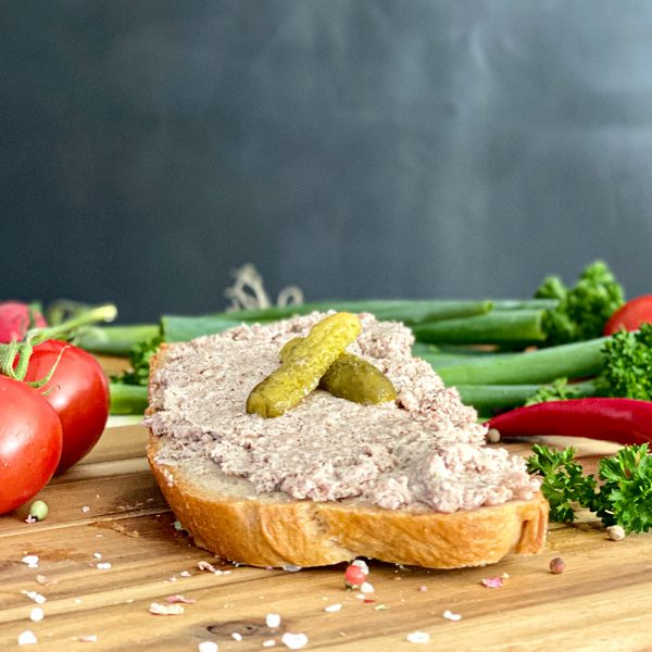 Leberwurst mit Brot und Dekoration